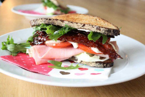 graubrot sandwich mit knusprigen speck schinken. Black Bedroom Furniture Sets. Home Design Ideas