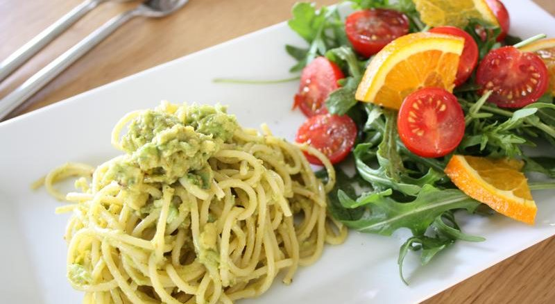 Spaghetti mit Avocado-Creme & Salat
