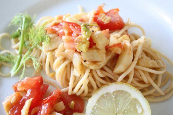 Sommerspaghetti mit frischem Fenchel und Tomaten